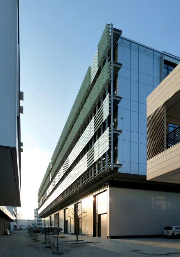 Außenfassade der Büroflächen von Variolytics am Campus des Fraunhofer Instituts