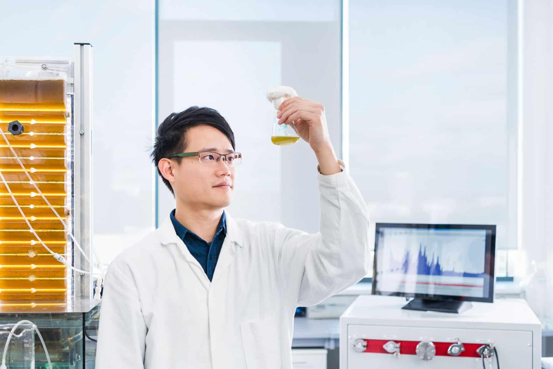 Laborant der die gemessene Flüssigkeit betrachtet
